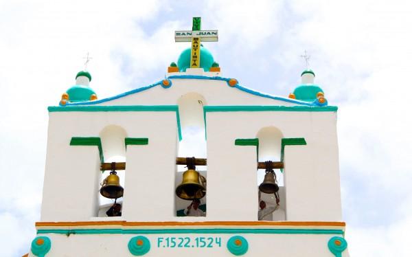 """Tres campaneros, durante varias veces al día, sincronizan los toquidos para avisar al pueblo """"la hora de Dios"""". Foto: Elizabeth Ruiz"""