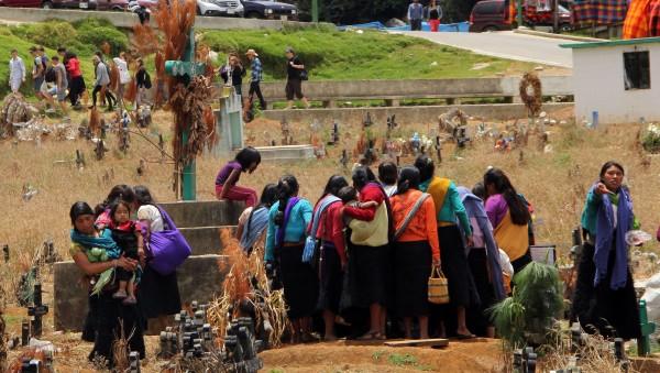 Mujeres rodeando una tumba. Foto: Elizabeth Ruiz