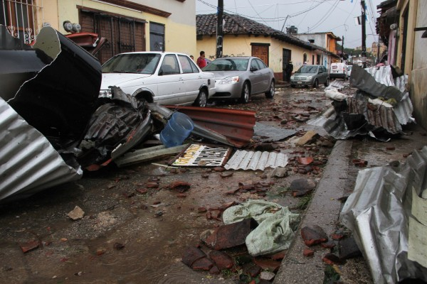 Objetos cayeron sobre automóviles. Foto: Elizabeth Ruiz