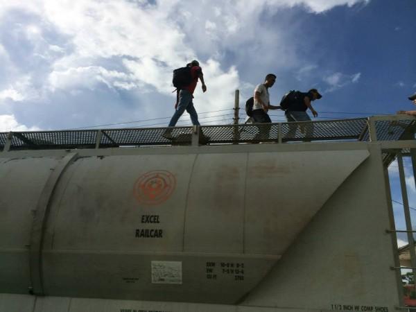 Las y los migrantes fueron obligados a bajar del tren. Foto: La 72