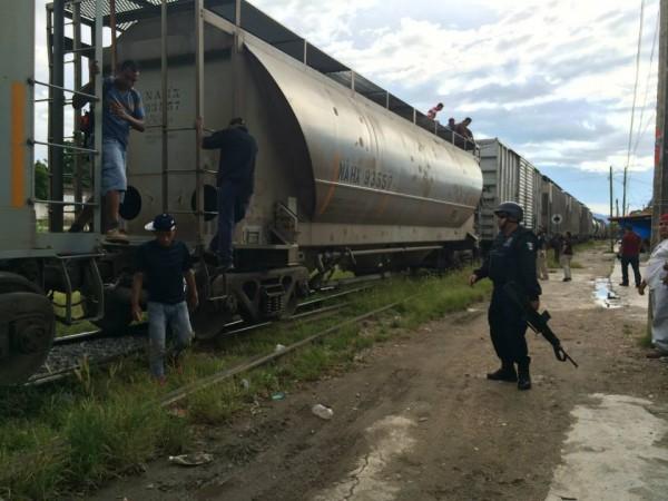 Unos 300 migrantes fueron obligados a bajar del tren. Foto: La 72