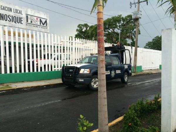 A las y los migrantes que capturaron, los trasladaron a la Delegación del INM en Tenosique. Foto: La 72