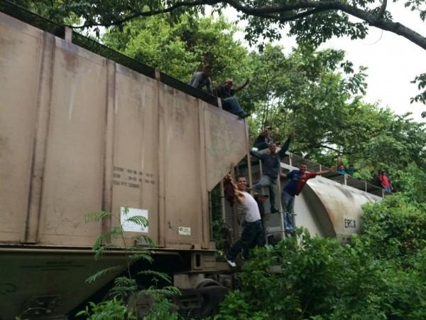 Pero ellas y ellos no se vencen; algunos se escaparon, otros, mientras duraba el operativo en Tenosique, se adelantaron a esperar el tren en otro lugar. Foto: La 72
