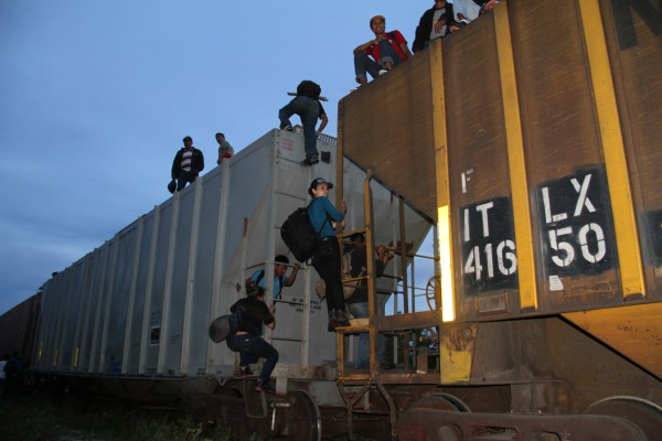 Miles de migrantes continúan buscando la manera de atravesar México. Foto: Vladimir Pérez
