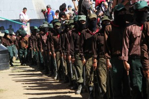 Milicianos del EZLN montan guardia en el marco de la clausura del encuentro de pueblos zapatistas con los pueblos originarios de México. Foto: Elizabeth Ruiz.