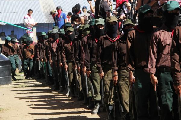 Milicianos del EZLN montan guardia en el marco de un evento en la Selva Lacandona. Foto: Elizabeth Ruiz.