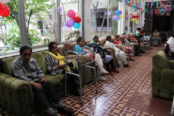 Cuando sus familias no pueden atenderlos, adultos mayores son llevados a asilos. Foto: Elizabeth Ruiz