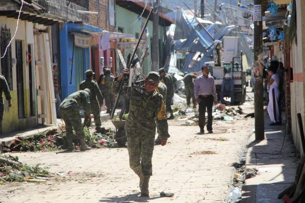 Militares coadyuvan en las labores de limpieza y reconstrucción en San Cristóbal de las Casas. Foto: Elizabeth Ruiz