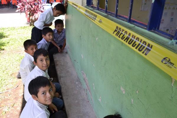 Niños y niñas de la zona costa esperan les asignen un nuevo lugar para iniciar el ciclo escolar. Foto: Elizabeth Ruiz