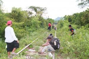 Escondidos entre matorrales, migrantes buscan la forma de seguir el viaje. Foto: Vladimir Pérez