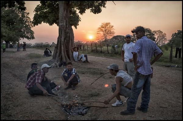 """Un poco de la vida cotidiana en el Albergue para migrantes la 72. Un dia antes de que se  de inicio a la caminata del """"Viacrucis del Migrante"""" que planea llegar a Palenque. Foto: Iván Castaneira"""