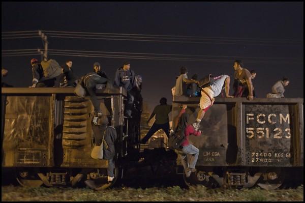 """A las 3: 330 en la mañana los migrantes recibieron el aviso de que el tren estaba en Tenosique, por lo que todos empiezan a caminar y subir al tren para llegar a Palenque y comenzar el """"Viacrucis del Migrante"""". Foto: Iván Castaneira"""