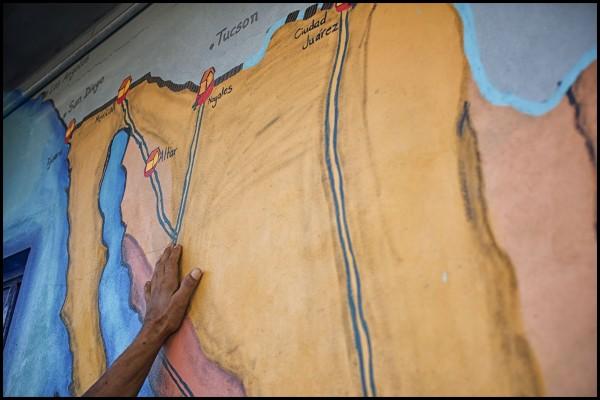 """Después de 5 horas de movimientos del tren, los conductores decidieron desenganchar los vagones donde los migrantes iban a viajar. Cerca de 400 personas se quedaron paradas en Tenosique, entonces, tomaron la decisión de caminar hasta donde llegaran, y comenzar de esta manera el """"Viacrucis del Migrante"""". Esta serie fotográfica narra la primera parte de esta caminata. Foto: Iván Castaneira"""