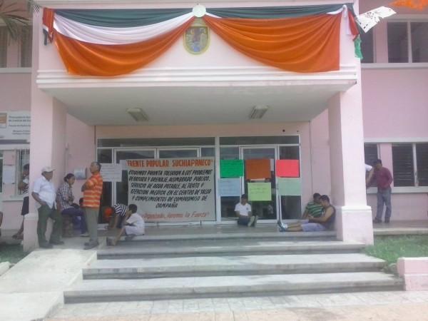 En Suchiaapa, la alcaldía tiene ya una semana tomada por ciudadanos inconformes con el actual ayuntamiento.