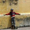 Un niño bolero espera junto a la catedral de San Cristóbal de las Casas. Foto: Elizabeth Ruiz/Chiapas PARALELO