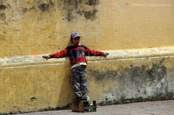 Un niño bolero espera junto a la catedral de San Cristóbal de las Casas. Foto: Elizabeth Ruiz