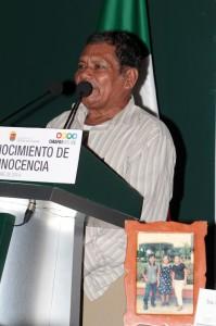 Ananias Laparra Martínez junto a la foto de su hijo que ahora tiene unos 29 años y sigue desaparecido Foto: arauxo.org