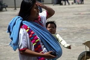 Mujeres de la zona Altos de Chiapas, acuden a San Cristóbal de las Casas en espera de recibir atención médica. Foto: Elizabeth Ruiz