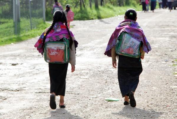 En las comunidades de Chiapas la carencia son aulas y útiles escolares