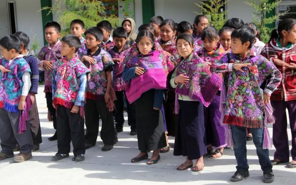Trajes tradicionales, uniforme en escuelas de Zinacantán. Foto: Elizabeth Ruiz