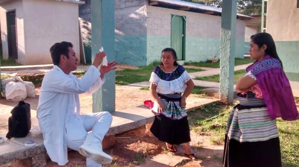 El médico e investigador Del Valle Díaz en sus charlas con mujeres indígenas a quienes les habla de esta enfermedad grave en humanos.