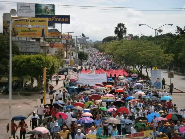 Marcha del 2 de octubre. Maestros, estudiantes y campesinos salieron a las calles.