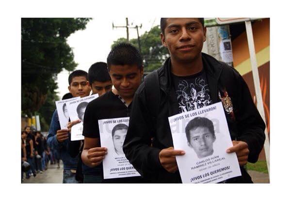 Estudiantes normalistas marchan por Ayotzinapa. Foto: Chiapas Paralelo