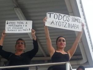 Al ver pasar la marcha, mujeres salieron a sus balcones para exigir Justicia para Ayotzinapa.