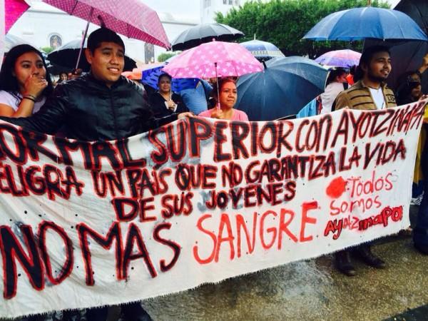 Maestros y estudiantes normalistas no para con sus acciones en Chiapas en solidaridad con Ayotzinapa.