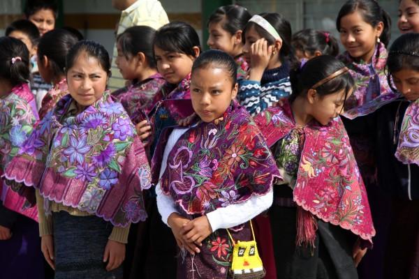 Niñas escolares en escuela de Zinacantán. Foto: Elizabeth Ruiz