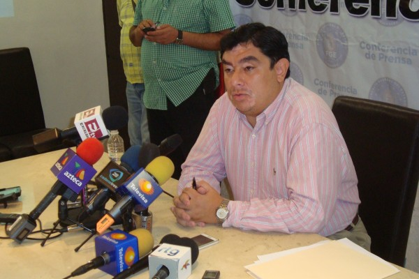El fiscal general del estado, Iñaky Blanco Cabrera en conferencia de prensa la noche del domingo para dar a conocer los recientes hechos violentos en Iguala.