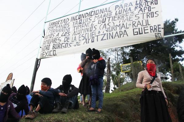 EZLN anuncia con carteles su apoyo a Ayotzinapa y la tribu Yaqui. Foto: Elizabeth Ruiz