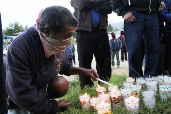 EZLN en los caminos prende luz por Ayotzinapa. Foto: Elizabeth Ruiz