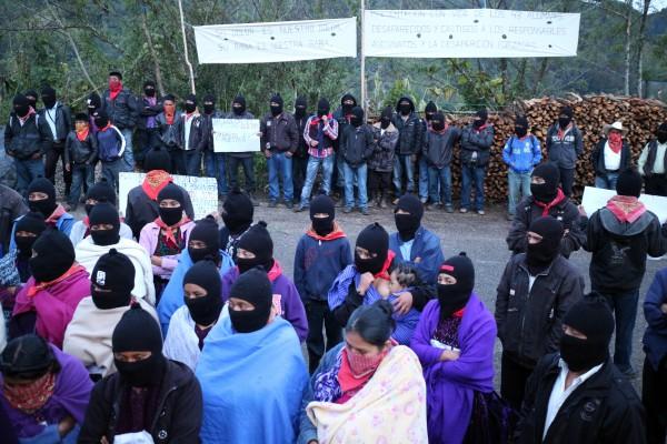 EZLN iluminan los caminos por Ayoztinapa y la tribu Yaqui. Foto: Elizabeth Ruiz