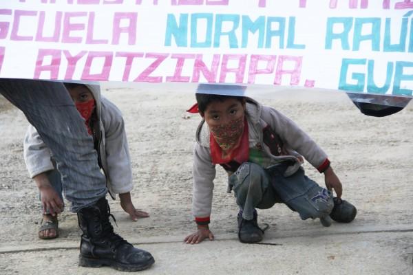 Niños del EZLN en apoyo a Ayotzinapa. Foto: Elizabeth Ruiz