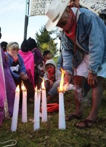 EZLN prende una luz, ¡Ayotzinapa vive! Foto: Elizabeth Ruiz