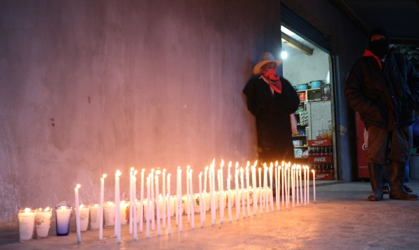 Afuera de las viviendas del EZLN se ilumina por los desaparecidos. Foto: Elizabeth Ruiz