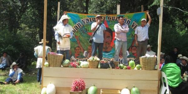 Oradores en Los Llanos municipio de San Cristóbal de Las Casas para protestar contra la autopista.