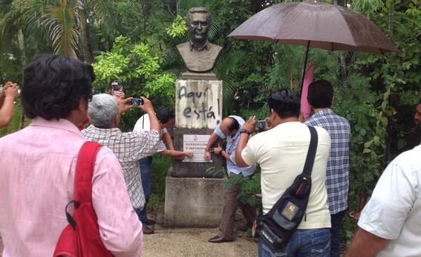 Develan placa en memoria a la corrpción y la impunidad que representa Juan Sabines Guerrero en Chiapas.