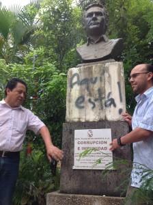 Activistas de Todos somos Tuxtla y Creciendo Juntos por Chiapas presentes en el acto para declarar monumento a la corrupción y la impunidad el busto de Juan Sabines Guerrero.