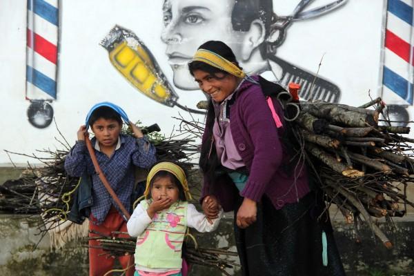 Desde temprano, la familia sale a recoger algo de ramas y palos secos que les permitan obtener algunas ganancias. Foto: Elizabeth Ruiz