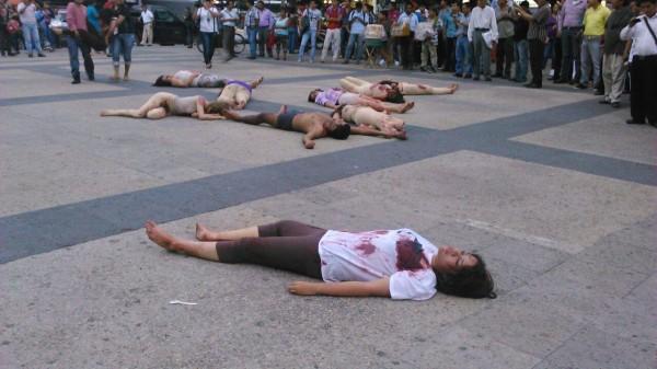 Performance realizado por activistas para visibilizar la violencia en contra de las mujeres. Foto: Archivo.