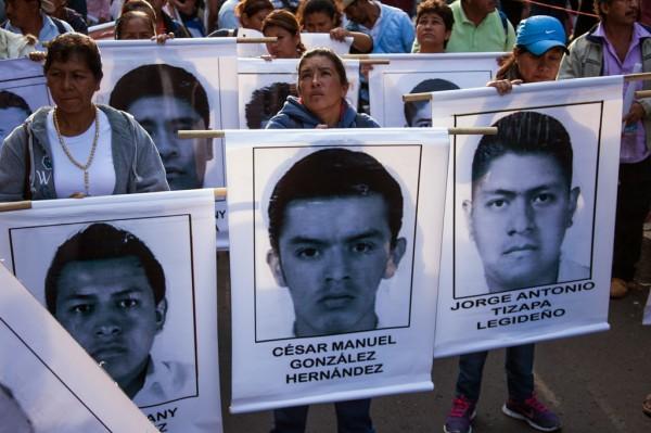 Marchan las mujeres por Ayotzinapa. Foto: Cesar Martínez López