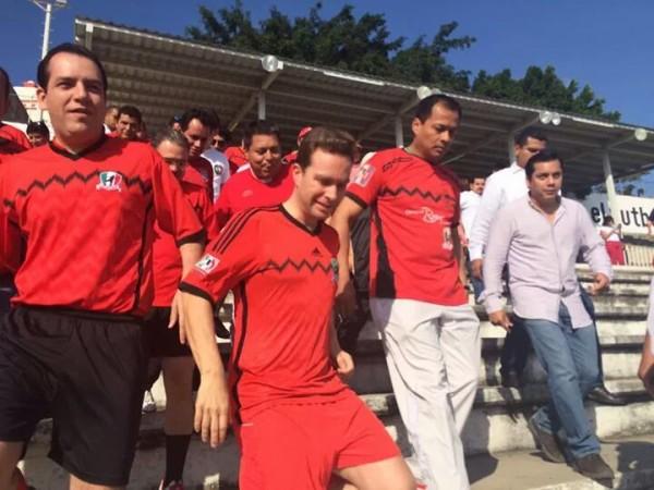 Manuel Velasco de rojo. Foto: Cortesía
