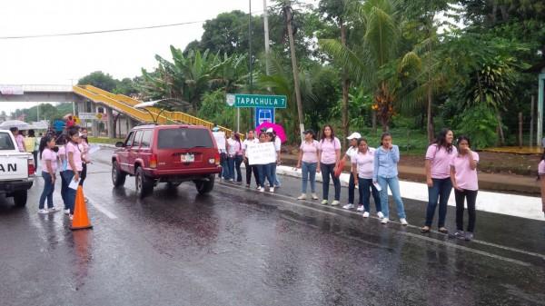 Estudiantes mantienen una campaña de información en la frontera México-Guatemala, para dar a conocer a la ciudadanía los hechos de Ayotzinapa. Foto: Cesar Rodríguez