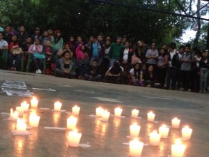 Estudiantes de la Facultad de Humanidades prendieron velas en memoria de sus compañeros de Ayotzinapa.