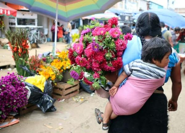 Mercado de San Cristobal, listo con las flores para llevar a las tumbas. Foto: Elizabeth Ruiz