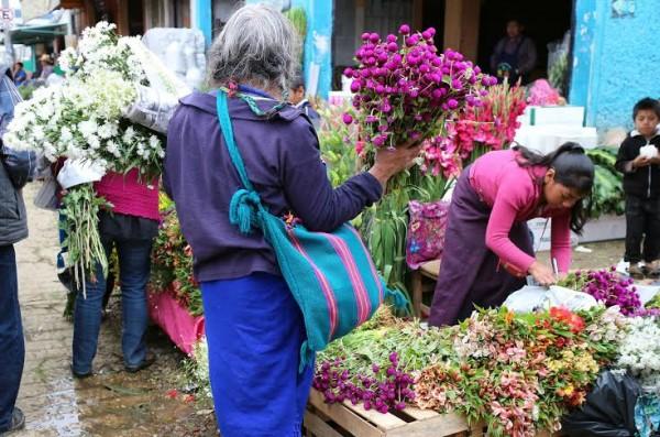 Un homenaje a nuestros muertos es llevar a sus tumbas flores. Foto: Elizabeth Ruiz
