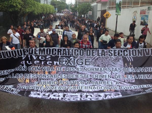 Campesinos y maestros, en marcha por Ayotzinapa. Foto: Chiapas PARALELO