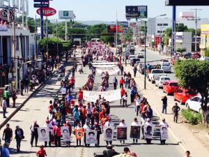 El contingente de la marcha que salió de la UNACH rumbo a la Plaza Central de Tuxtla, encabezados por padres de familia y estudiantes de Ayotzinapa.